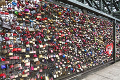 Hohenzollernbrug in Keulen met persoonlijke liefdehangsloten Royalty-vrije Stock Foto