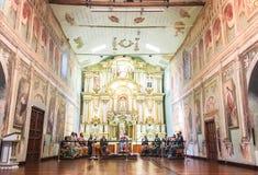 HOHER ALTAR IN DER ALTEN KATHOLISCHEN KATHEDRALE IN CUENCA ECUADOR Lizenzfreie Stockfotos