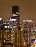 Hoher Anstieg an der Nachtstadt Stockfotos