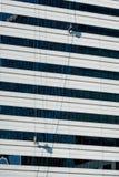 Hoher Aufstiegs-Fensterputzer Stockfotos