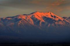 Hoher Berg mit glühendem Sonnenlicht vom Sonnenuntergang Lizenzfreies Stockfoto