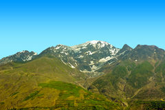 Hoher Berg mit Schnee in der Herbstsaison Stockbild