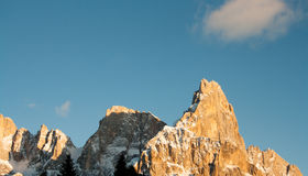 Hoher Berg mit Wolken Stockfoto