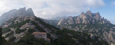 Hoher Berg nahe dem Kloster von Santa Maria de Montserrat herein Stockfotografie