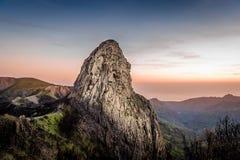 Hoher Felsen bei Sonnenuntergang Stockfoto