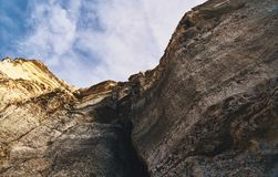 hoher Felsen mit einer Spitze lizenzfreie stockfotografie