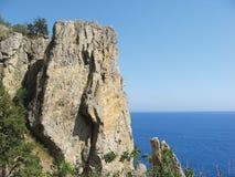 Hoher Felsen und Meer Stockfoto