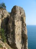 Hoher Felsen und Ozean stockfotos