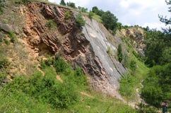 Hoher Felsen von natürlichem Reservierung Prokopske-udoli, Prag Stockfotografie