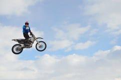 Hoher Flug des Motocroßmitfahrers Stockbild