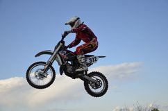 Hoher Flug des Motorrad-Rennläufers auf einem Motorrad Lizenzfreies Stockbild