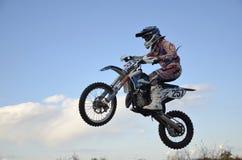 Hoher Flug des Motorrad-Rennläufers auf einem Motorrad Stockbild