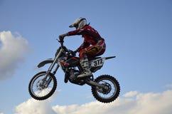 Hoher Flug des Motorrad-Rennläufers auf einem Motorrad Lizenzfreies Stockfoto