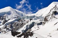 Hoher Gebirgsgletscher und Schneespitzen und -steigungen Lizenzfreie Stockbilder
