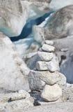 Hoher gestapelter Felsen unscharfer Gletscher als Hintergrund Lizenzfreies Stockfoto