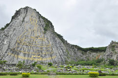 Hoher goldener Buddhalaser schnitzte auf dem Berg Stockbild