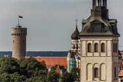 Hoher Hermann Kontrollturm und Kirchen Lizenzfreie Stockfotos