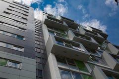 Hoher Hintergrund des konkreten Gebäudes des Urbanism generisch lizenzfreie stockfotos