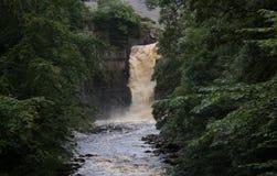 Hoher Kraftwasserfall Stockfotografie