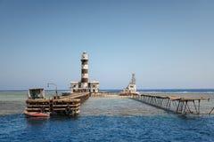 Hoher Leuchtturm auf dem Meer lizenzfreie stockfotografie