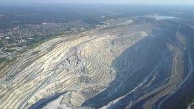 Hoher Luftflug über enormer Asbestgrube durch moderne Stadt stock video footage