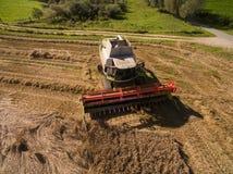 Hoher moderner Mähdrescher der Winkelsicht am Ernten des Weizens Lizenzfreies Stockbild