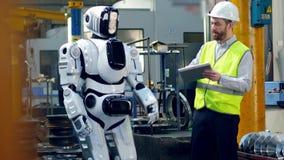 Hoher Roboter wird von der männlichen Arbeitskraft gestartet stock video