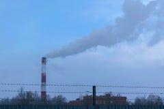 Hoher Rohr CHP auf dem Hintergrund des blauen Himmels, Nebel, Smog Stockfoto