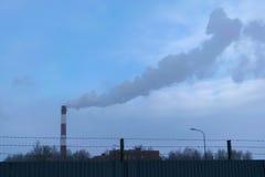 Hoher Rohr CHP auf dem Hintergrund des blauen Himmels, Nebel, Smog Stockbild