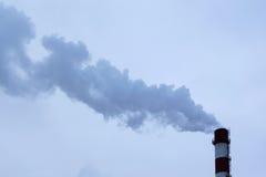 Hoher Rohr CHP auf dem Hintergrund des blauen Himmels, Nebel, Smog Stockbilder