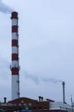 Hoher Rohr CHP auf dem Hintergrund des blauen Himmels, Nebel, Smog Lizenzfreie Stockfotos