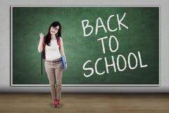 Hoher Schüler mit Text zurück zu Schule Stockfoto