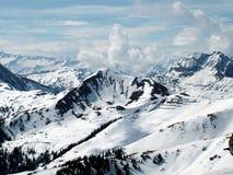 Hoher Schnee deckte Berge ab stockbilder