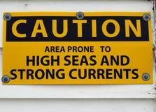 Hoher See und Vorsichtzeichen der starken Strömungen Stockbilder