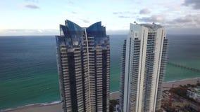 Hoher Spiegelwandwolkenkratzer auf Strandufer-Küstenlinie brummen-Meerblickpanoramas Miamis Florida Atlantik 4k des Luft stock video