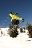 Hoher springender Skifahrer Lizenzfreie Stockbilder