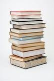 Hoher Stapel Bücher auf weißem Hintergrund. Stockbilder