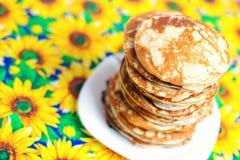 Hoher Stapel Pfannkuchen Frühstück für die ganze Familie Stockbilder