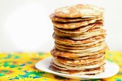 Hoher Stapel Pfannkuchen Frühstück für die ganze Familie Stockfoto