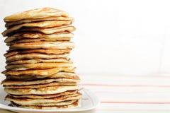 Hoher Stapel Pfannkuchen Frühstück für die ganze Familie Mit C Stockfoto