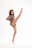 Hoher Stoßtanz durch glückliche junge Frau im Studio Stockfoto
