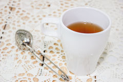 Hoher Tee in einem weißen Becher lizenzfreies stockbild