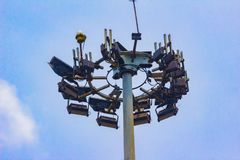 Hoher Turm mit Blitzableiter und mehrfachem Funknetz s Stockfotos