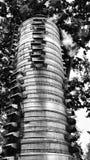 Hoher Turm von Aluminiumdampferkörben Stockfotos