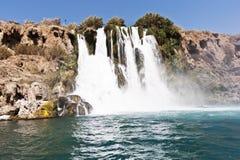 Hoher Wasserfall, der in das Meer fließt Stockbilder