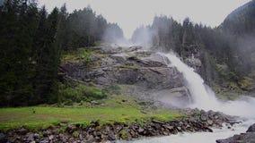 Hoher Wasserfall im Regen stock video footage
