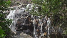 Hoher Wasserfall im thailändischen Dschungel, Zeitlupevideo stock video