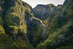 Hoher Wasserfall im wandernden Weg levada 25 Brunnen, Madeira Lizenzfreies Stockfoto