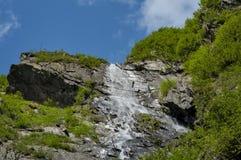 Hoher Wasserfall in Karpaten-Bergen unter blauem Himmel Lizenzfreies Stockbild
