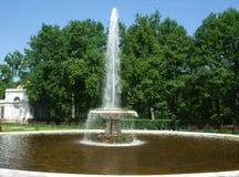 Hoher weißer Brunnen im Park Stockfoto